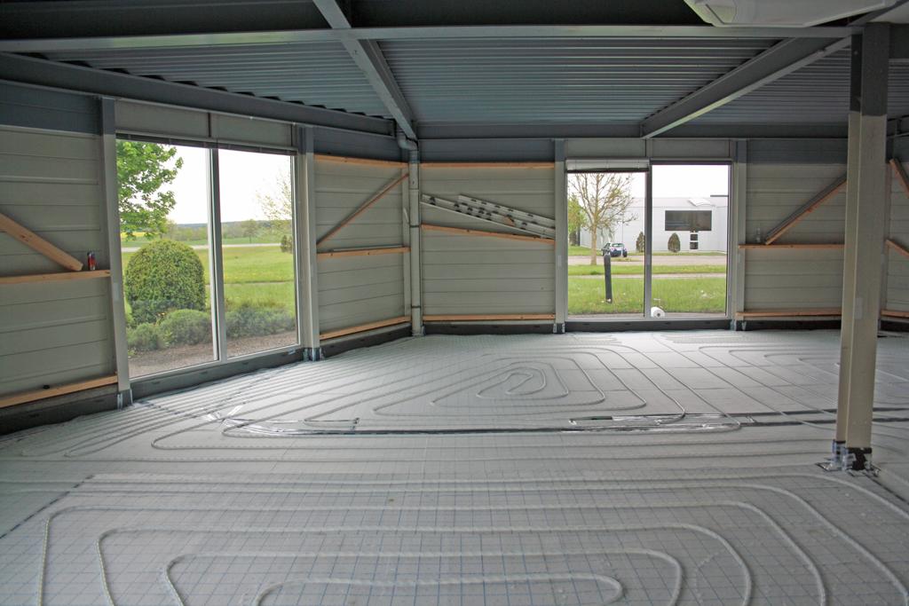 Die neue Fußbodenheizung wird verlegt.