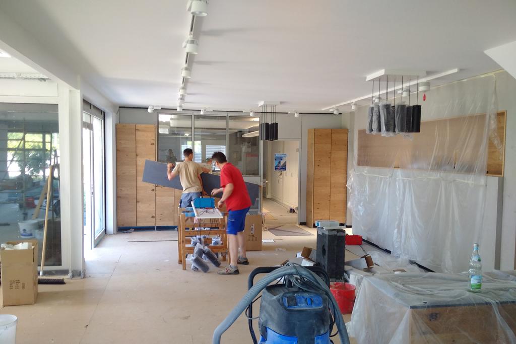 Der Möbelaufbau beginnt.